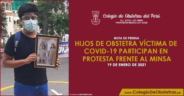 HIJOS DE OBSTETRA VÍCTIMA DE COVID-19 PARTICIPAN EN PROTESTA FRENTE AL MINSA