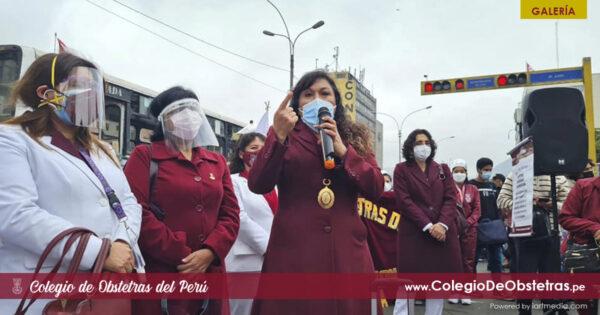 Cientos de obstetras de Lima y otras regiones del país están en pie de lucha frente al Congreso de la República